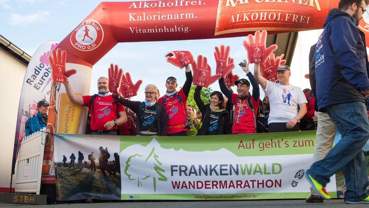 Teilnehmer an der Startlinie zum Frankenwald Wandermarathon