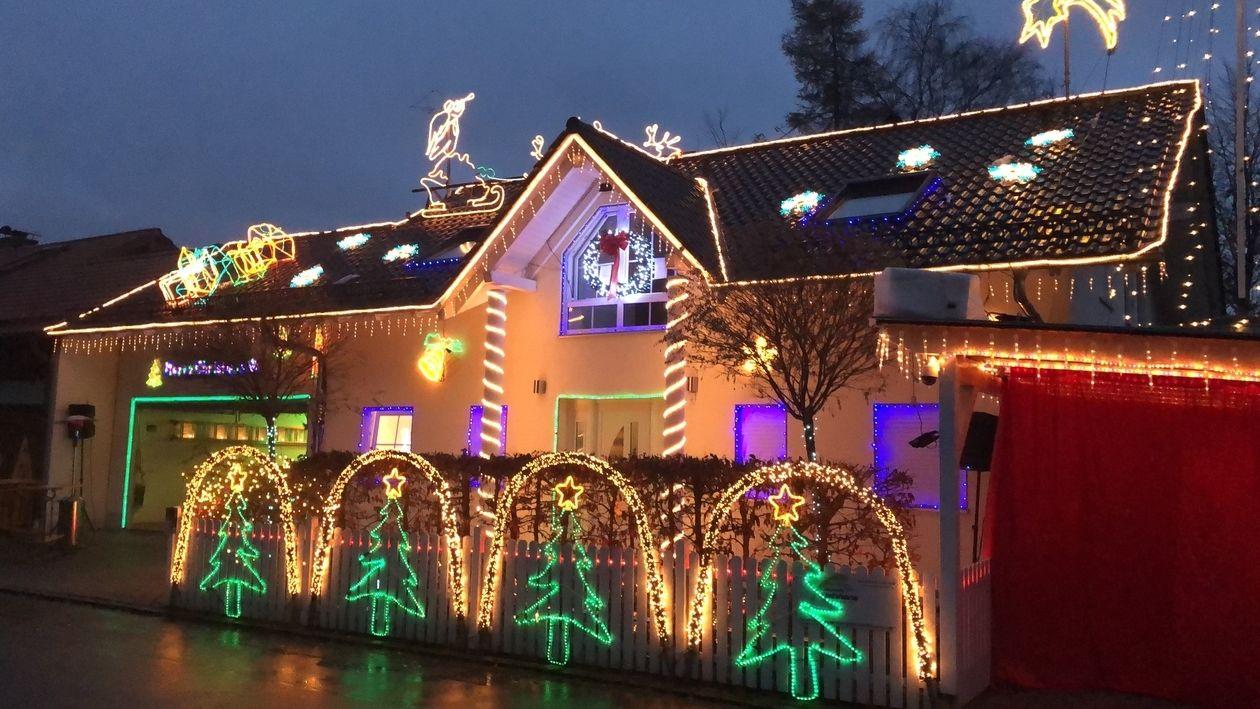 Das Christmas House in Lindenberg voller Weihnachtsschmuck - unzählige Lämpchen erleuchten das Haus, den Vorgarten und den Zaun