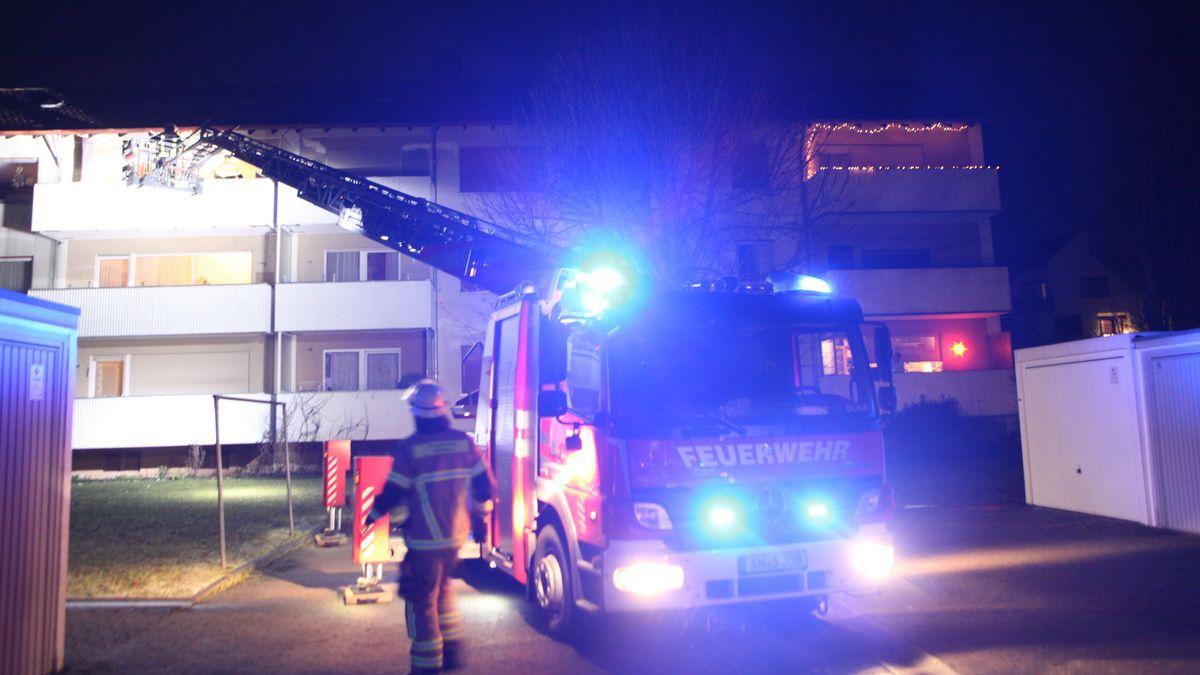 Feuerwehr mit ausgezogener Drehtleiter an einem Haus in Ansbach