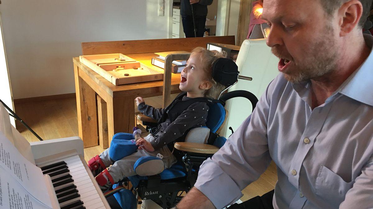 Thomas Lechleutner sitzt mit seinem Sohn am Klavier und singt.