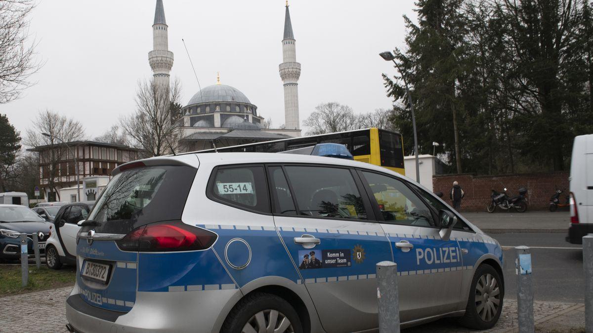 Moschee und ein parkender Polizeiwagen vor dem Gebäude (Symbolbild)