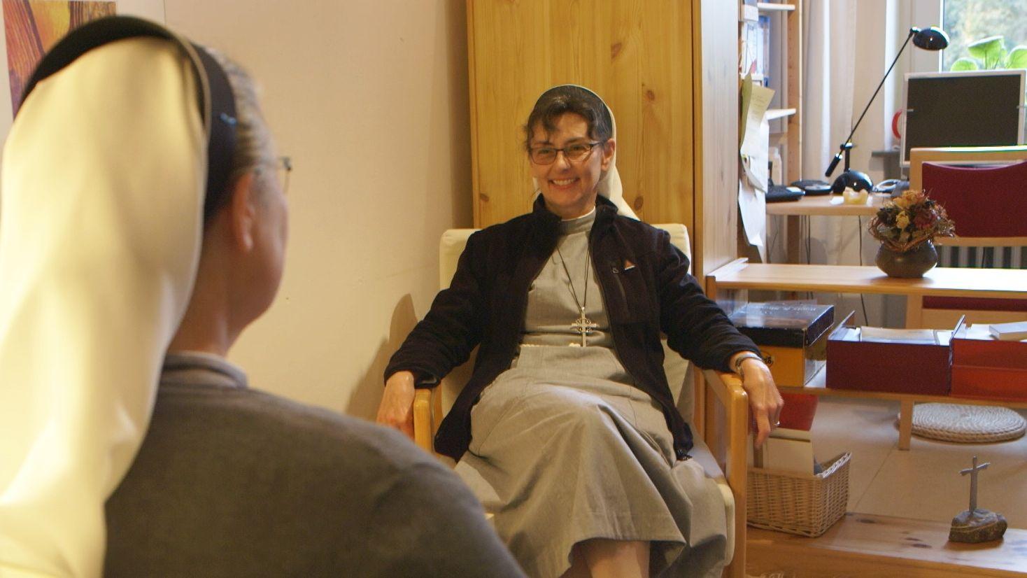 Schwester Susanne, Subpriorin der Communität Christusbruderschaft Selbitz, in ihrem Büro beim Gespräch mit einer Schwester.