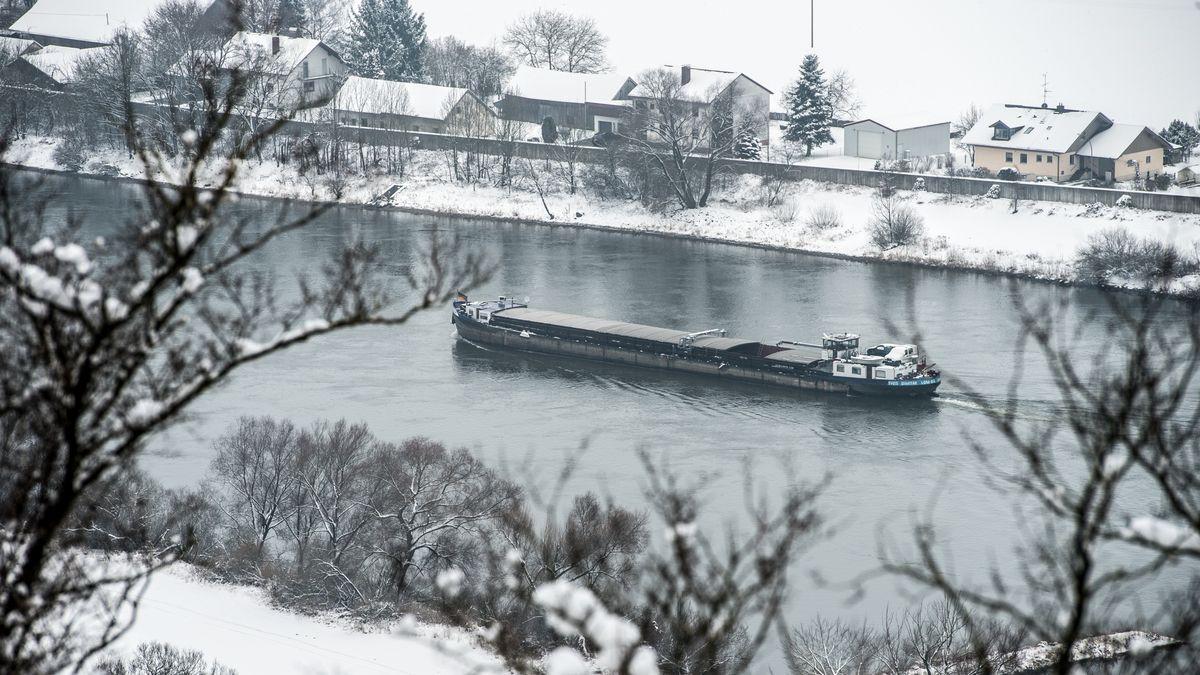 Ein Frachtschiff fährt im winter auf der Donau