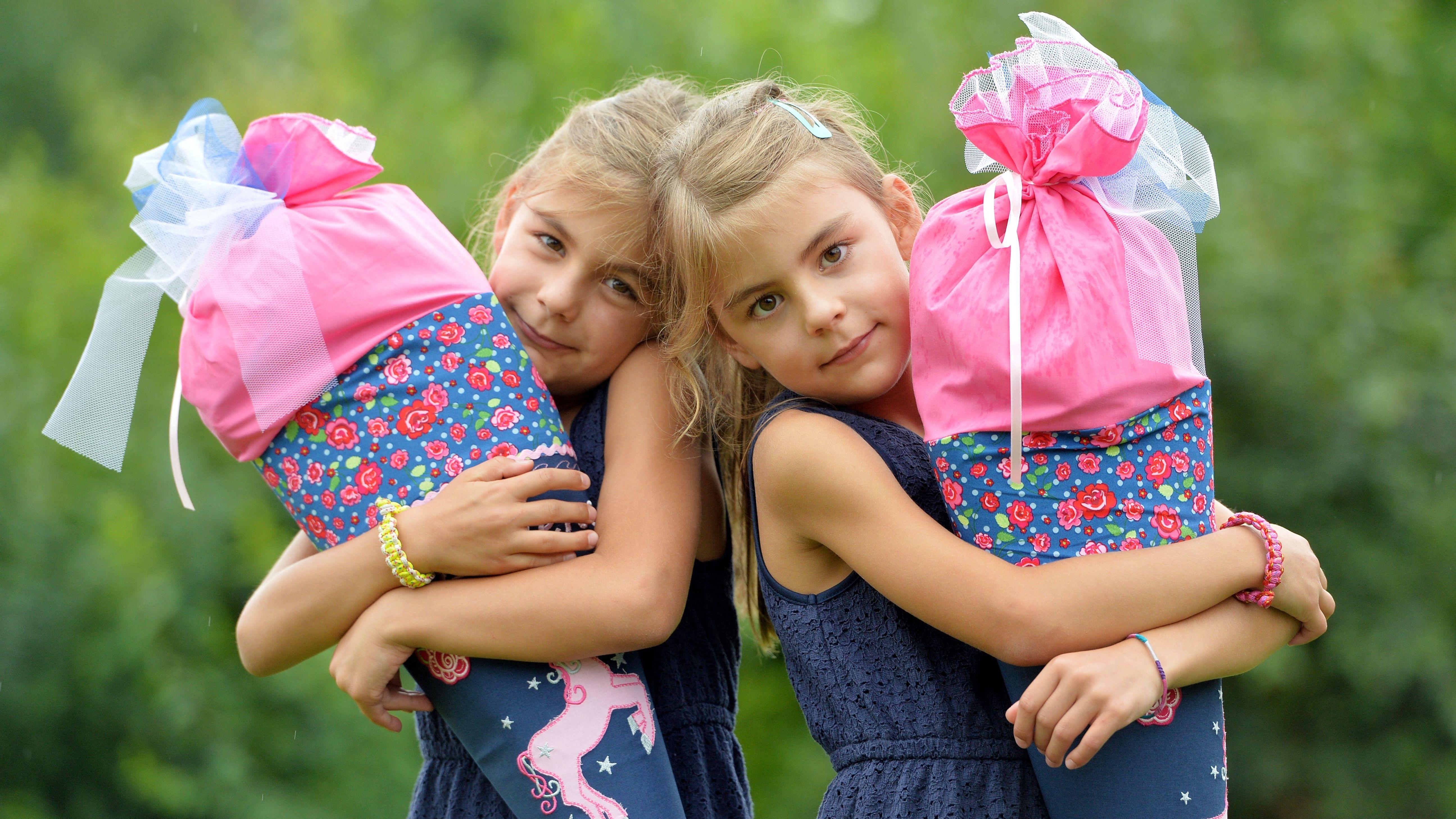 Zwei Mädchen am Tag ihrer Einschulung
