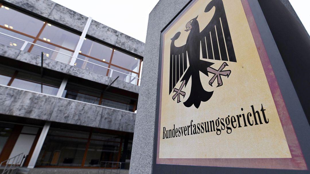 Eingang des Bundesverfassungsgerichts in Karlsruhe mit Bundesadlerschild