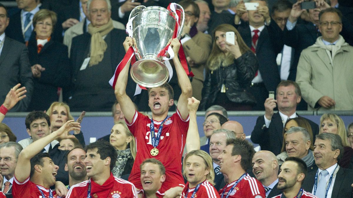 Thomas Müller mit dem Champions-League-Pokal 2013