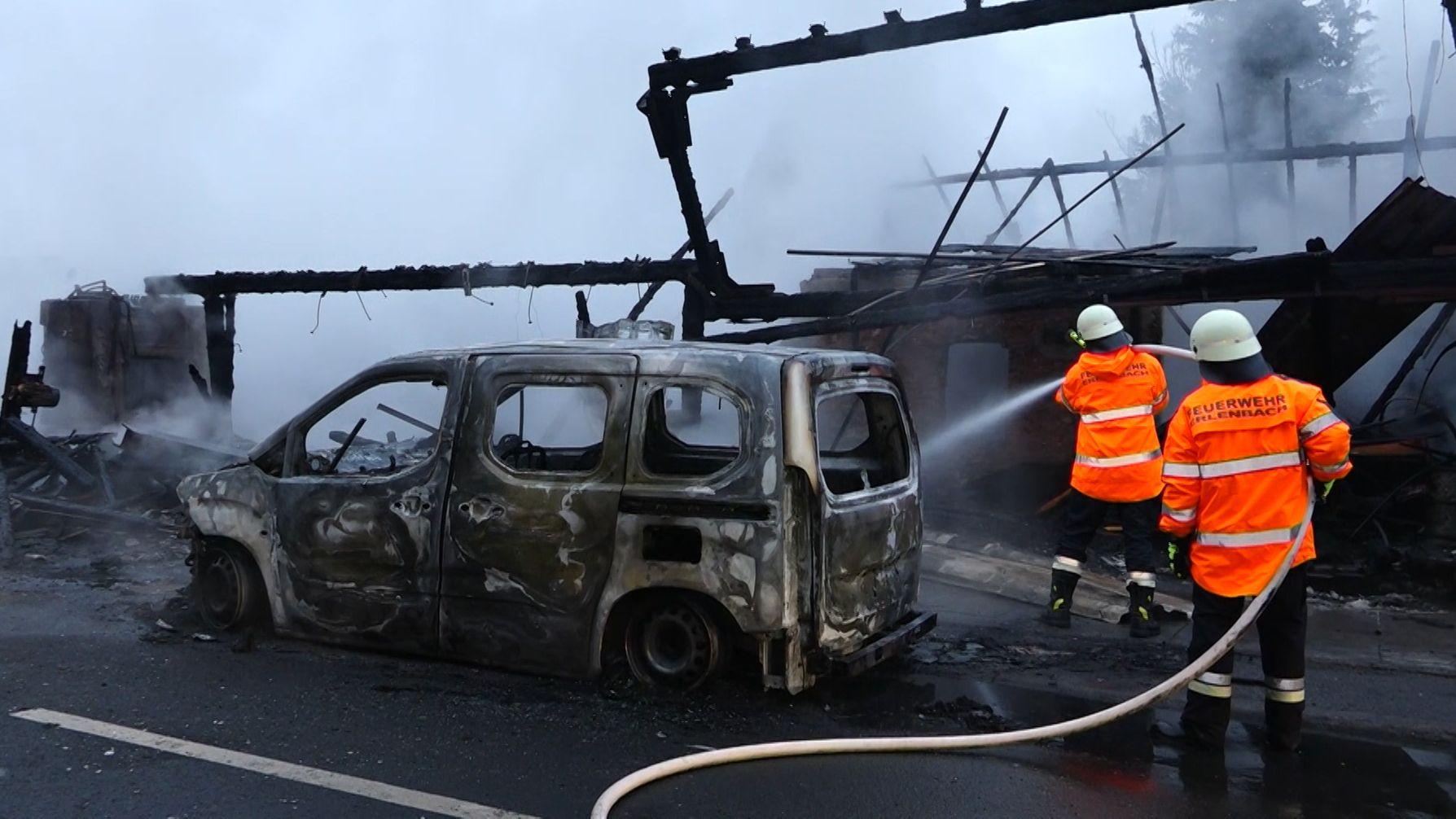 Feuerwehrleute löschen Brand in Homburger Schreinerei