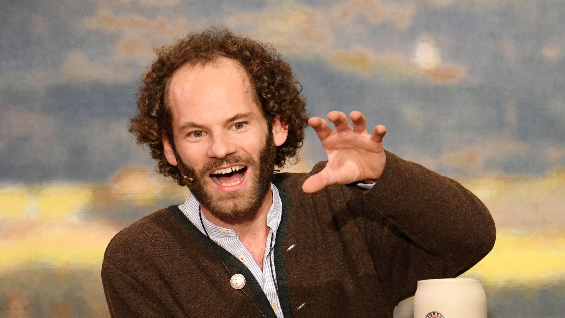 Der Kabarettist Maxi Schafroth am Rednerpult.