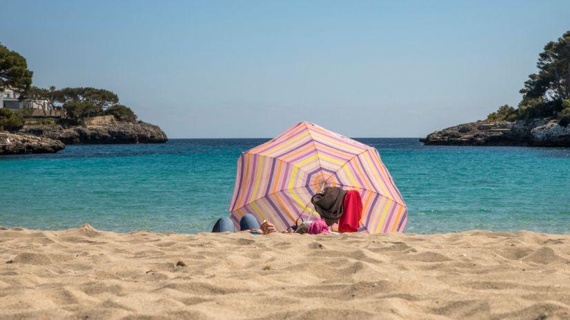 Am Strand auf Mallorca (Cala d'or).