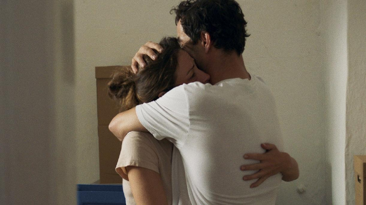 """""""Alles ist gut"""" von Eva Trobisch: ein Paar umarmt sich"""