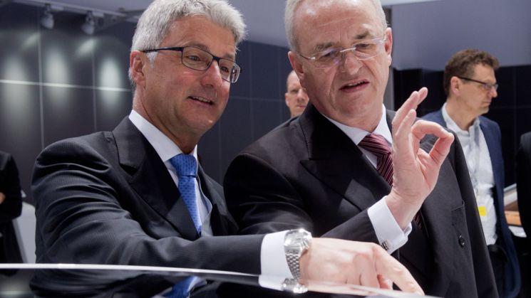 Der damalige Vorstandsvorsitzende der Volkswagen AG, Martin Winterkorn (r), und der damalige Vorstandsvorsitzende der Audi AG, Rupert Stadler stehen bei der Hauptversammlung 2014 der Volkswagen AG auf dem Messegelände.