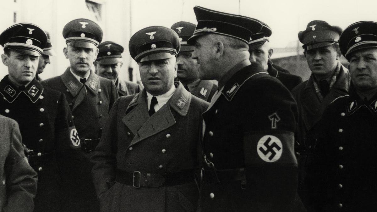 """Theodor Eicke (im Profil) mit Robert Ley, dem Leiter der """"Deutschen Arbeitsfront"""" (Mitte) 1936 im KZ Dachau."""