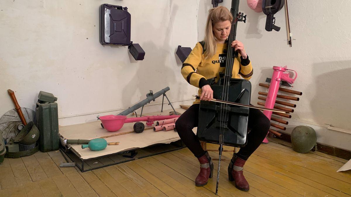 """Profimusikerin Milica Svirac am Granatwerfer-Cello: """"Aus hässlichen Erinnerungen wird etwas Schönes."""""""