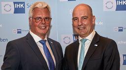Der aktuelle Hauptgeschäftsführer Peter Saalfrank steht neben dem künftigen: Marc Lucassen (rechts) | Bild:IHK Schwaben