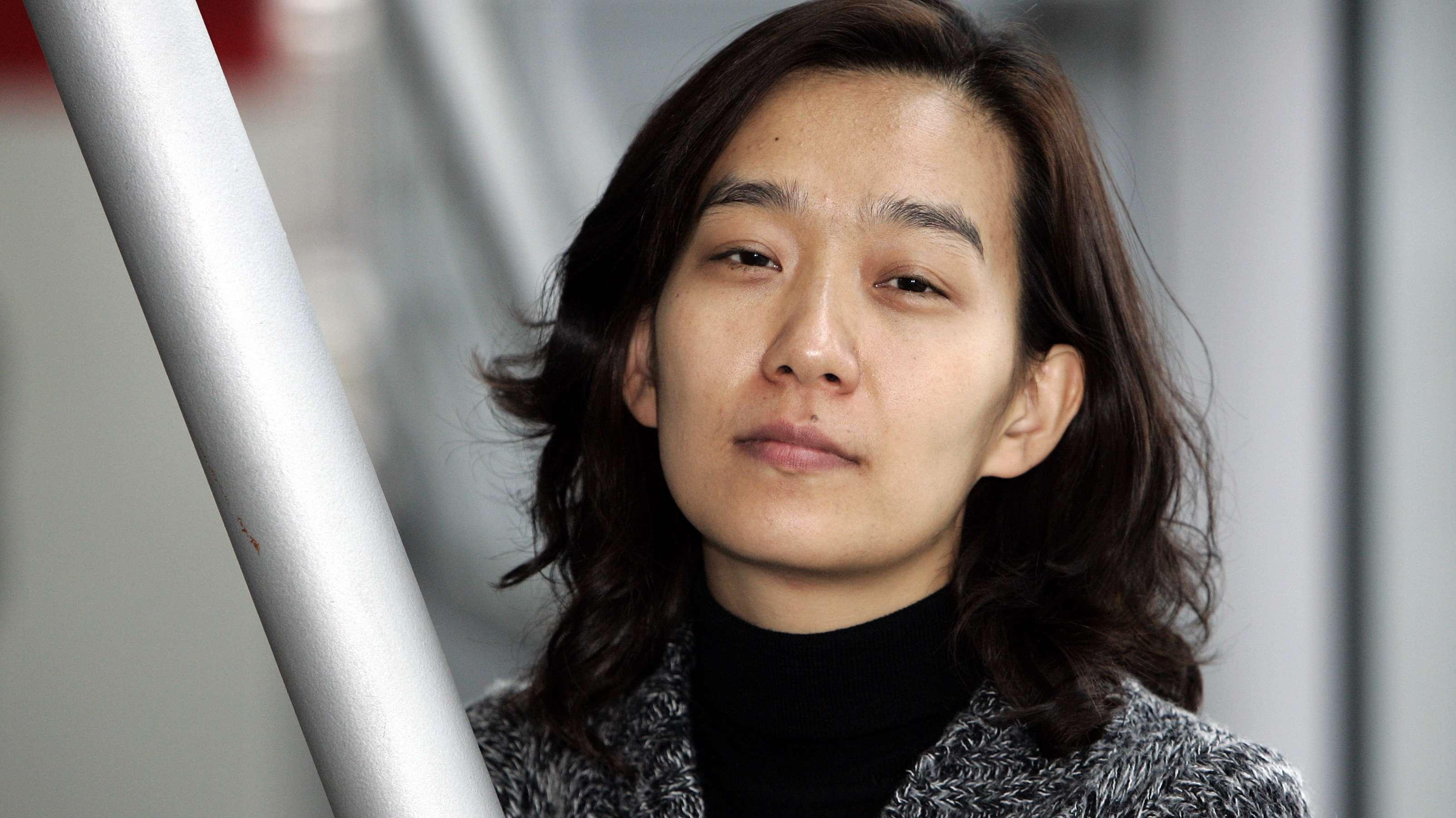 """Die südkoreanische Schriftstellerin Han Kang. Im Westen gehört sie zu den bekanntesten Autorinnen aus ihrem Land. Mit dem Roman """"Deine kalten Hände"""" ist nun ein frühes Buch in deutscher Übersetzung zu entdecken."""