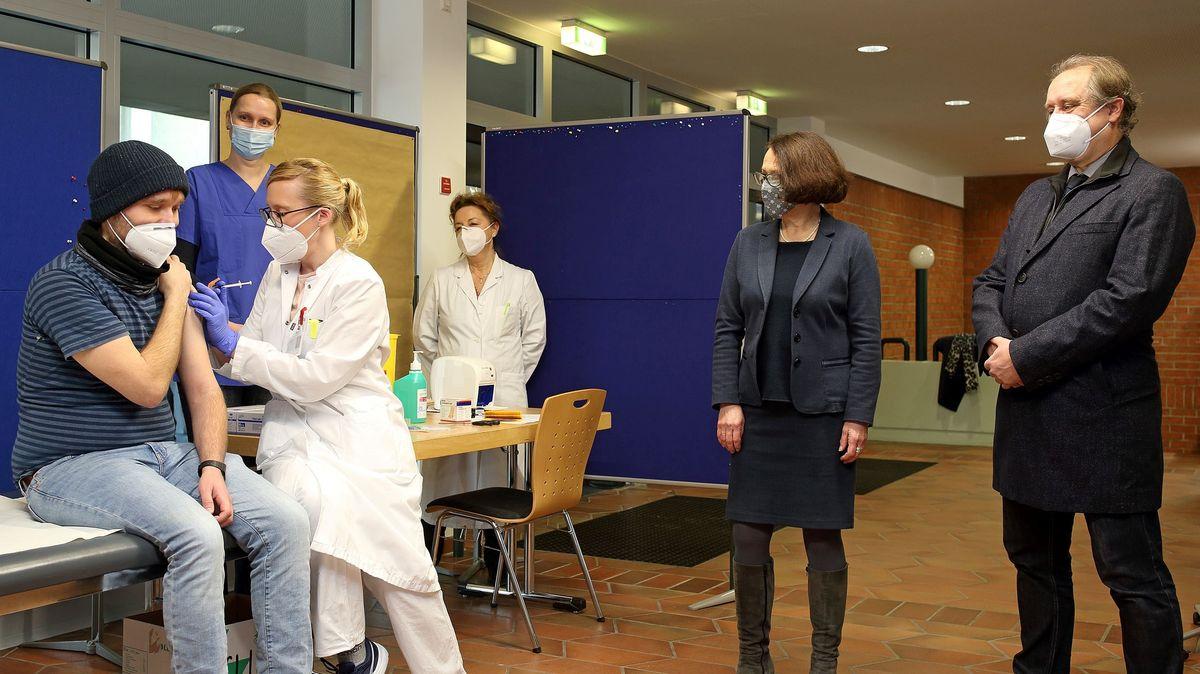 Anton Weber, Fachkrankenpfleger wird als erster Mitarbeiter des Regensburger Bezirksklinikums geimpft. (2.v.r. OB Gertrud Maltz-Schwarzfischer)