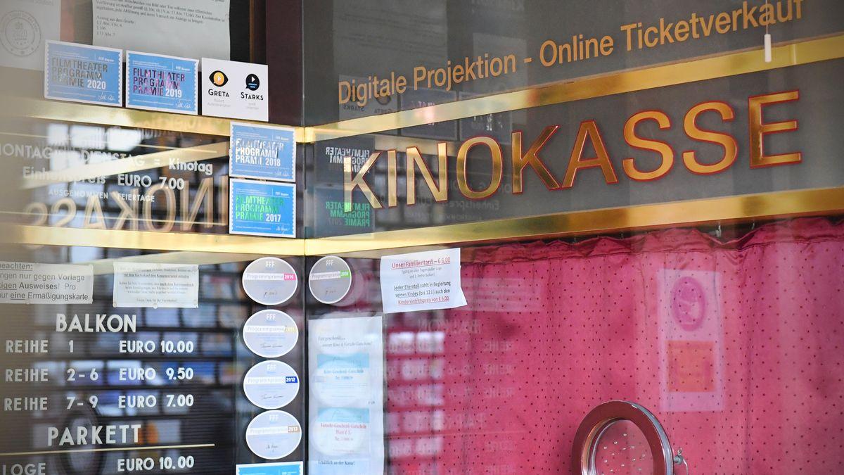Eine geschlossene Kinokasse mit Preistafeln