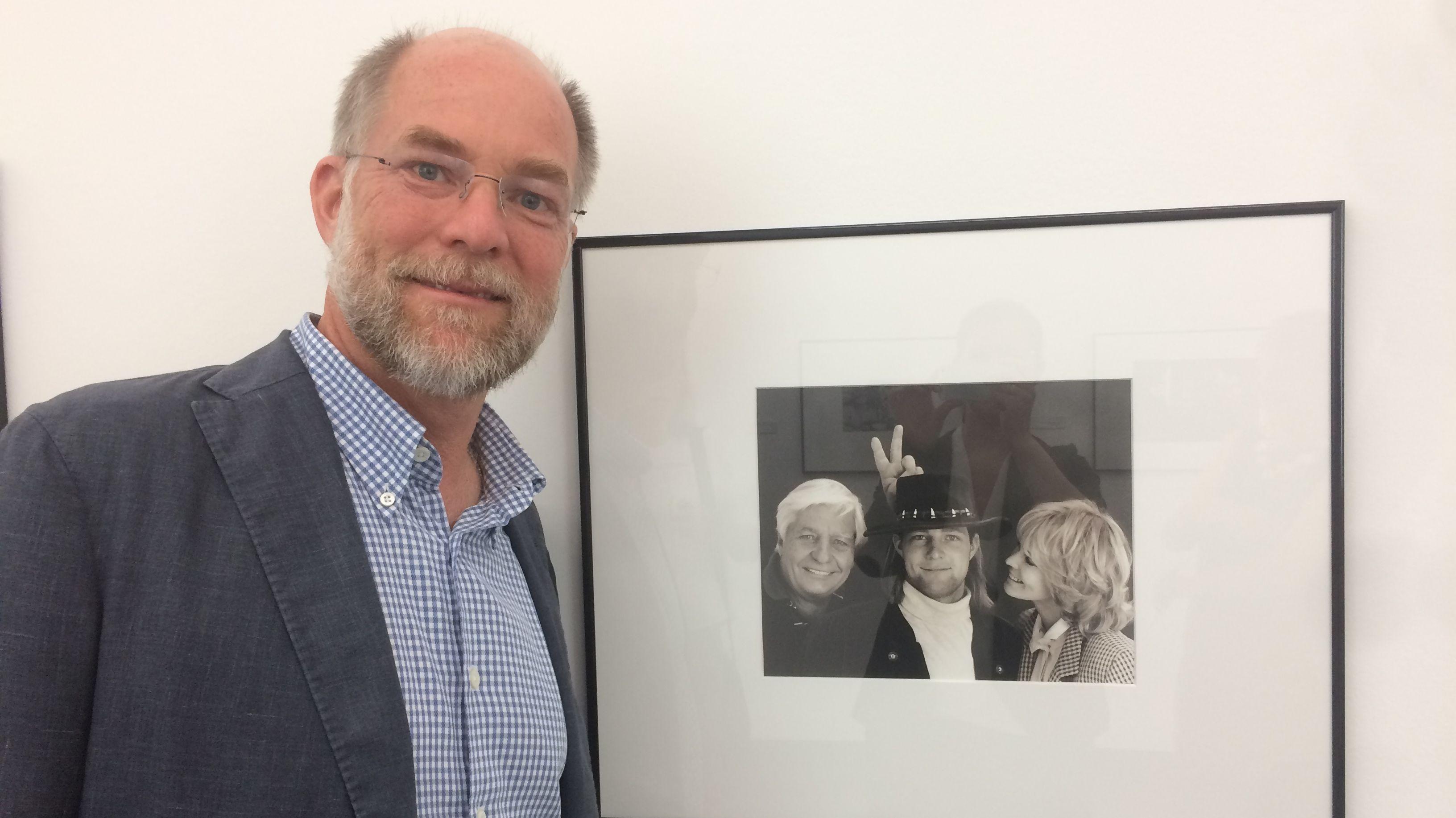 Gunnar Sachs, Gunter Sachs' Sohn, vor einer Fotografie von Jeff Dunas aus dem Jahr 2000. Darauf zu sehen sind Gunter, Gunnar und Mirja Sachs.