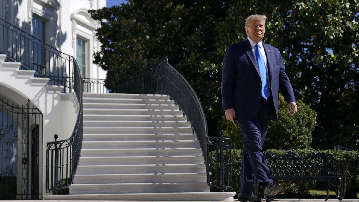 Donald Trump läuft vor dem Weißen Haus