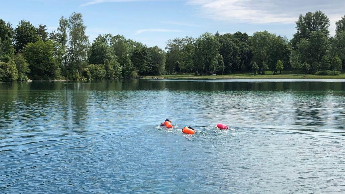 Freiwasserschwimmer in einem Badesee