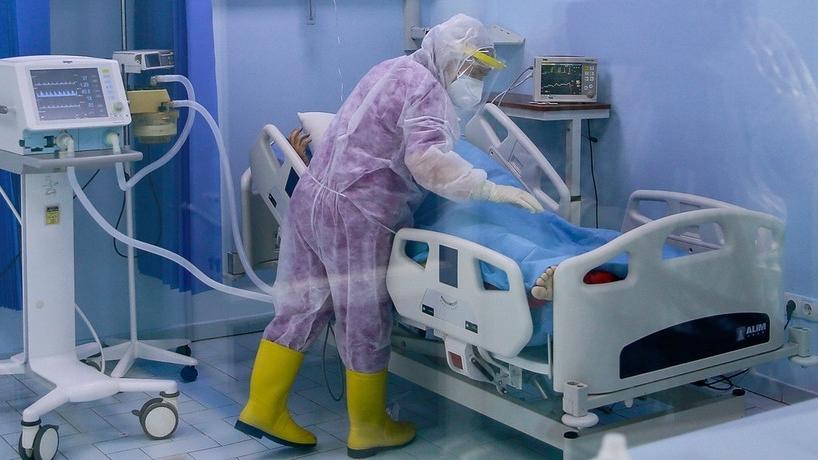 Eine Krankenschwester auf der Intensivstation betreut einen Patienten mit COVID-19 in Pristina, Kosovo.