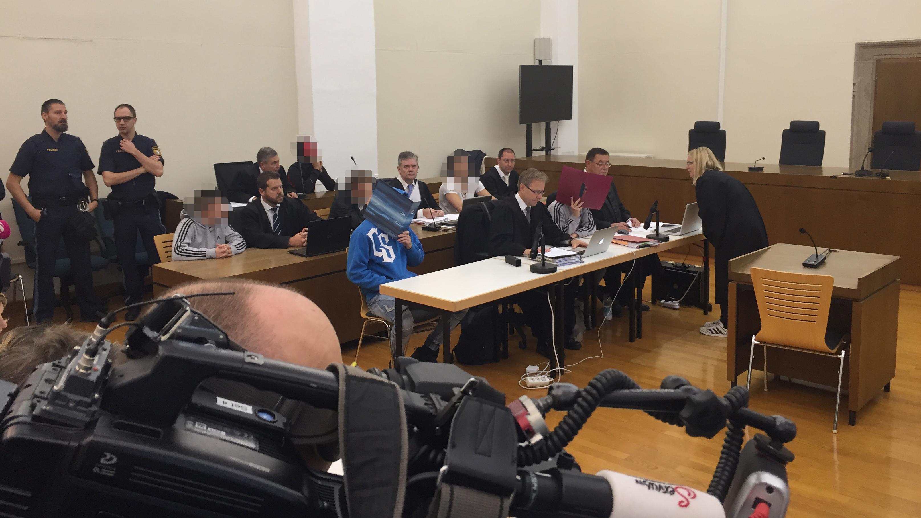 Die Angeklagten vor dem Landgericht Passau