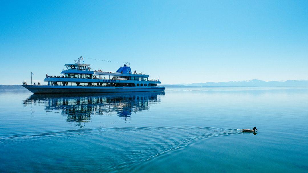 """Das Ausflugsschiff """"Seeshaupt"""" fährt auf dem Starnberger See."""