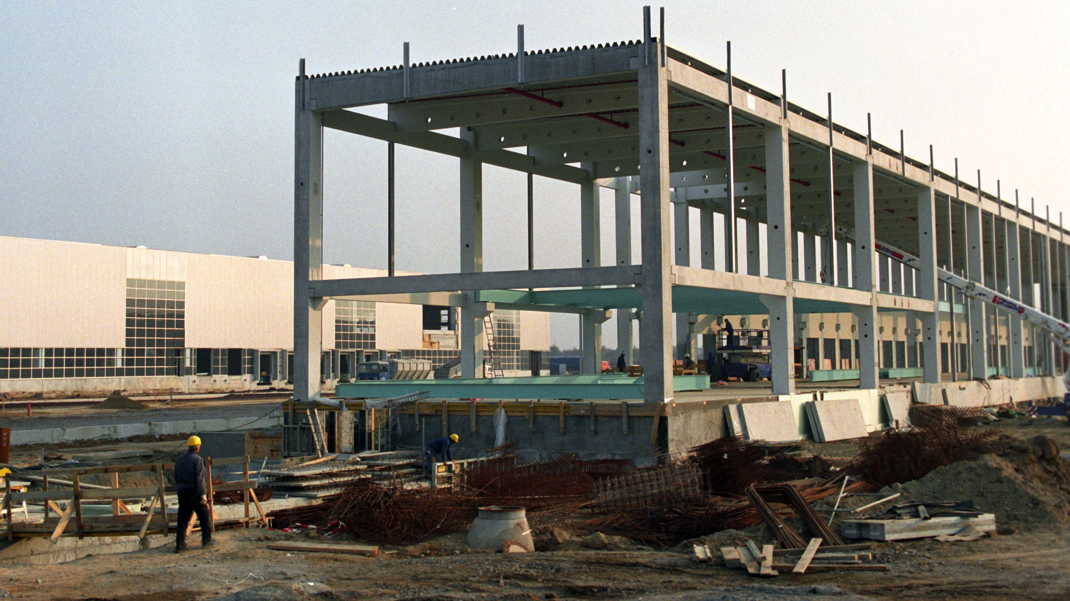 1992: Bei Leipzig errichtet die Quelle GmbH ihr neues Logistikzentrum.