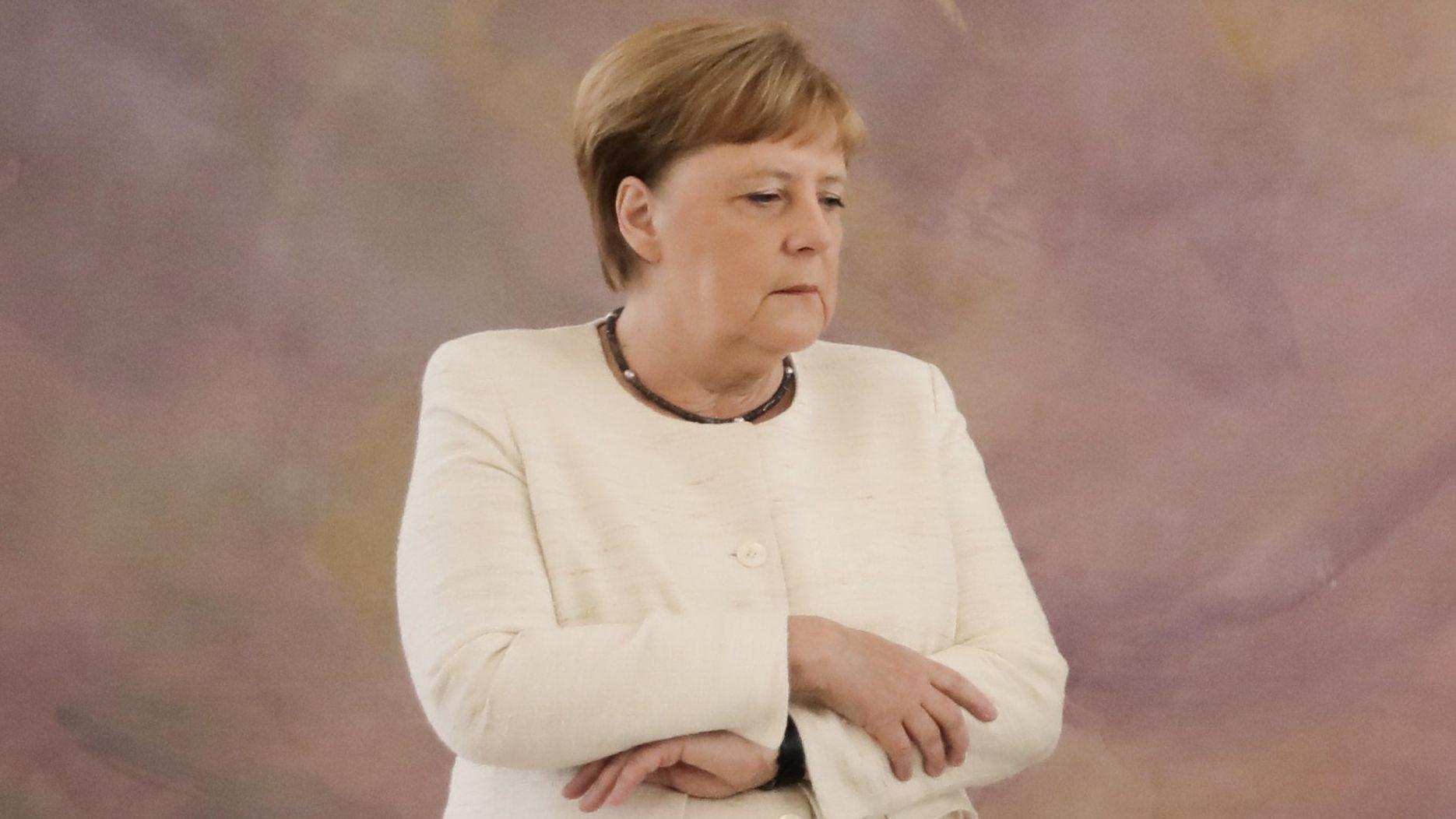 Bundeskanzlerin Angela Merkel hat bei der Ernennung der neuen Justizministerin erneut einen Zitteranfall erlitten.Bundeskanzlerin Angela Merkel hat bei der Ernennung der neuen Justizministerin erneut einen Zitteranfall erlitten.