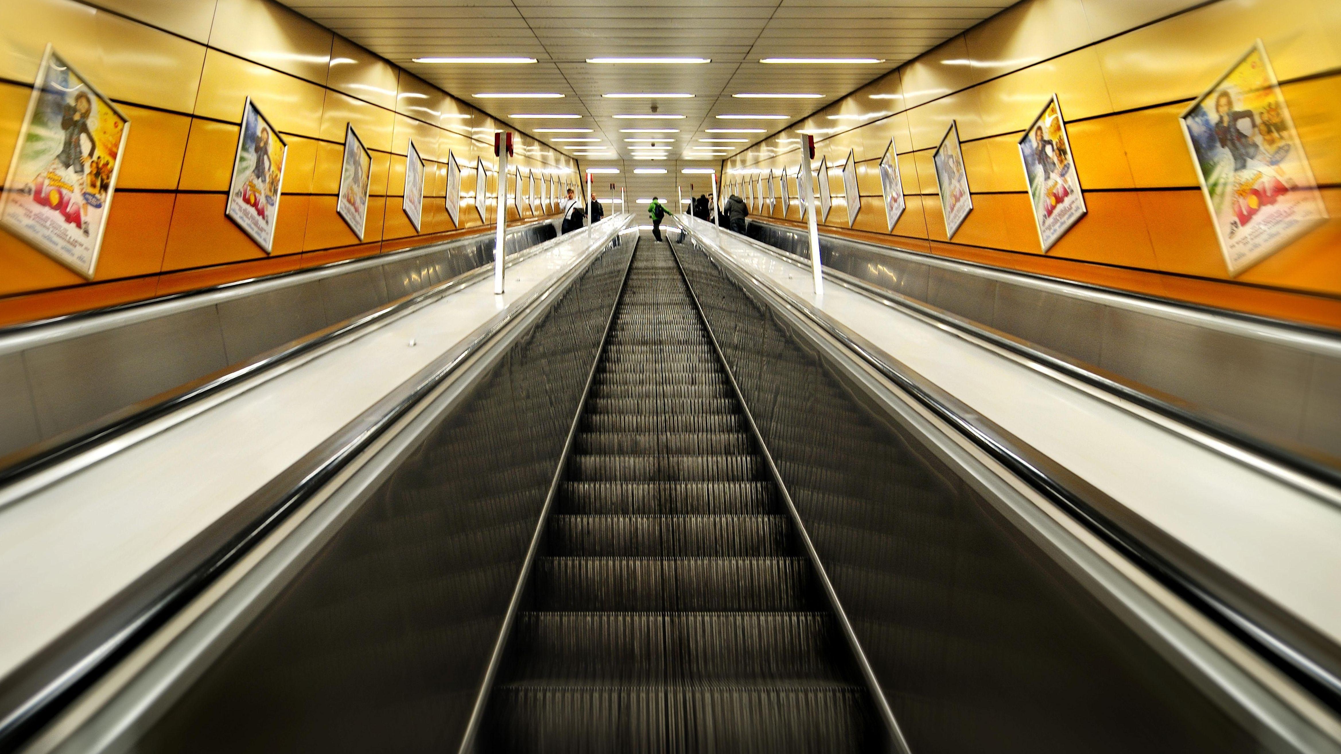 Rolltreppe zur U-Bahn Karlsplatz