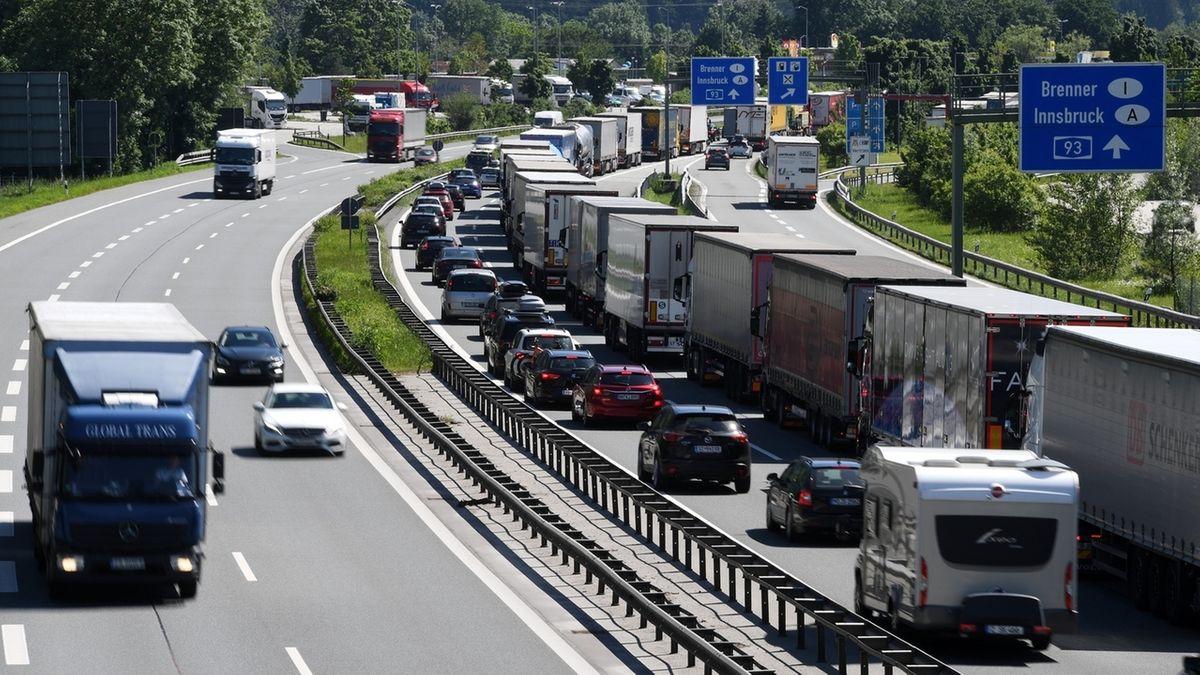 Archivbild: Bayern, Kiefersfelden: LKWs stehen auf der Autobahn A93 Richtung Österreich im Stau.