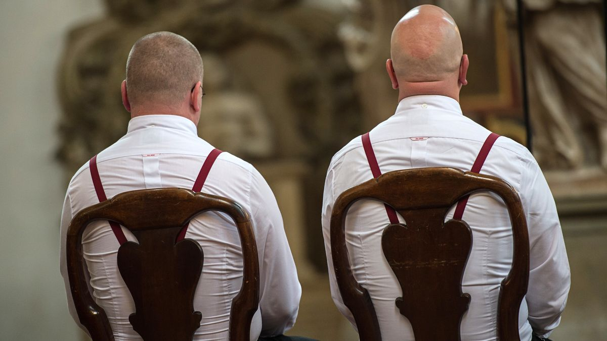 Zwei Männer bei der kirchlichen Segnung (Symbolbild)