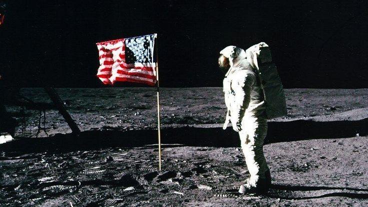 """Apollo 11-Astronaut Edwin «Buzz» Aldrin steht neben der US-Flagge auf dem Mond. (zu dpa """"Zurück zum Mond: Wiedersehen nach 50 Jahren?"""")"""