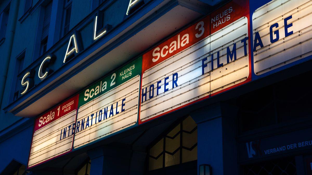 """Auf der Kinotafel des Scala Kinos ist der Schriftzug """"Internationale Hofer Filmtage"""" angebracht."""