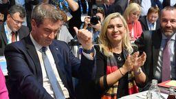 CSU-Chef Markus Söder (l.) nach seiner Wiederwahl, rechts neben ihm die Vize-Parteivorsitzenden Melanie Huml und Manfred Weber   Bild:pa/Sven Simon