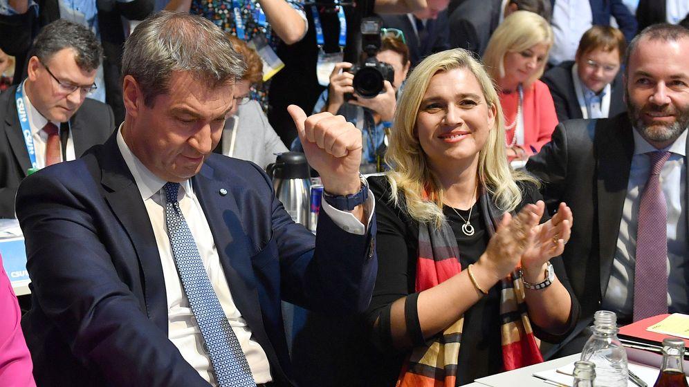 CSU-Chef Markus Söder (l.) nach seiner Wiederwahl, rechts neben ihm die Vize-Parteivorsitzenden Melanie Huml und Manfred Weber | Bild:pa/Sven Simon