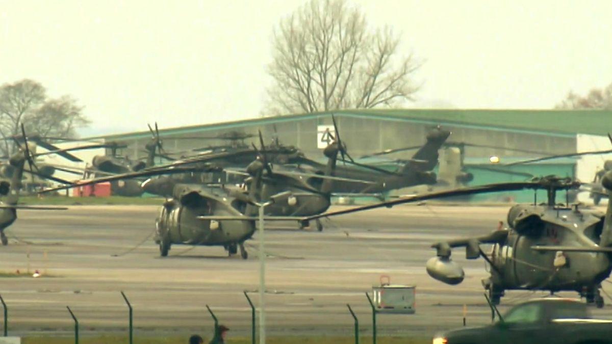 Hubschrauber des US-Militärs stehen auf dem Gelände in Ansbach-Katterbach