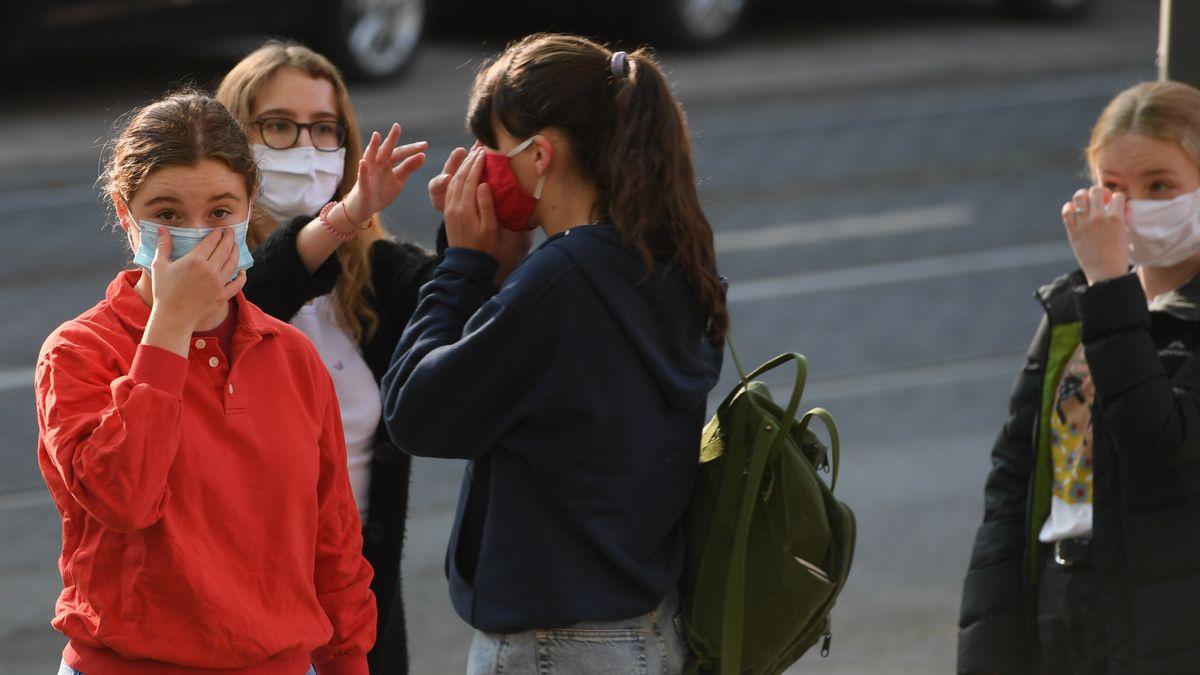 Schülerinnen mit Mund-Nase-Masken auf dem Schulhof - Symbolbild
