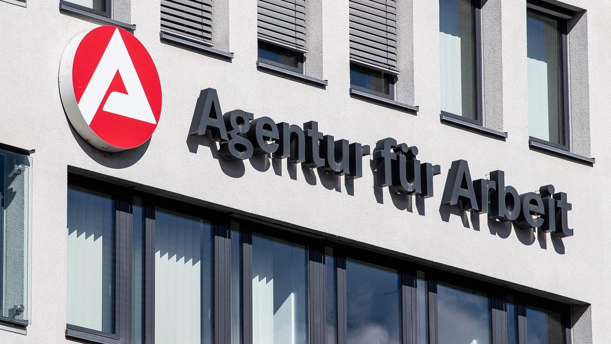 Logo der Agentur für Arbeit an einem Gebäude