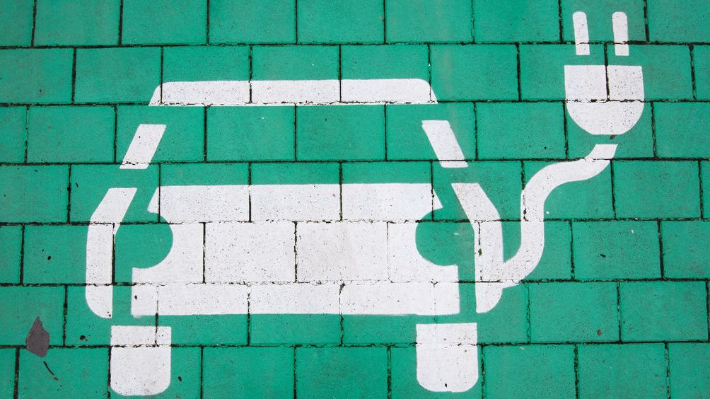 Laatzen: Ein Parkplatz mit einer Ladesäule für Elektroautos in der Region Hannover ist grün markiert.