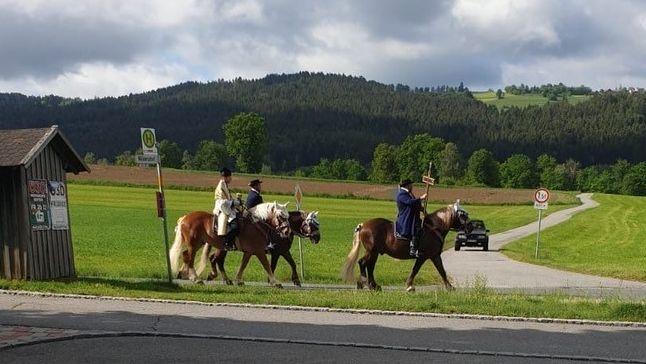 """Der Kaplan, ein Kreuzträger, sowie ein weiterer Reiter beim """"geheimen"""" Pfingstritt in Bad Kötzting"""