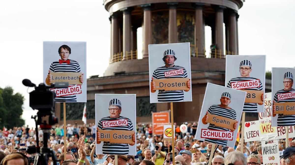 Demonstranten verschiedener Gruppierungen wie etwa der Initiative Querdenken 711 protestierten mit einer Großdemonstration in Berlin gegen die bestehenden Maßnahmen zur Eindämmung der Corona-Pandemie.