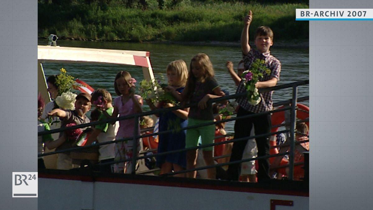 Kinder auf einem Boot bei der Donausegnung