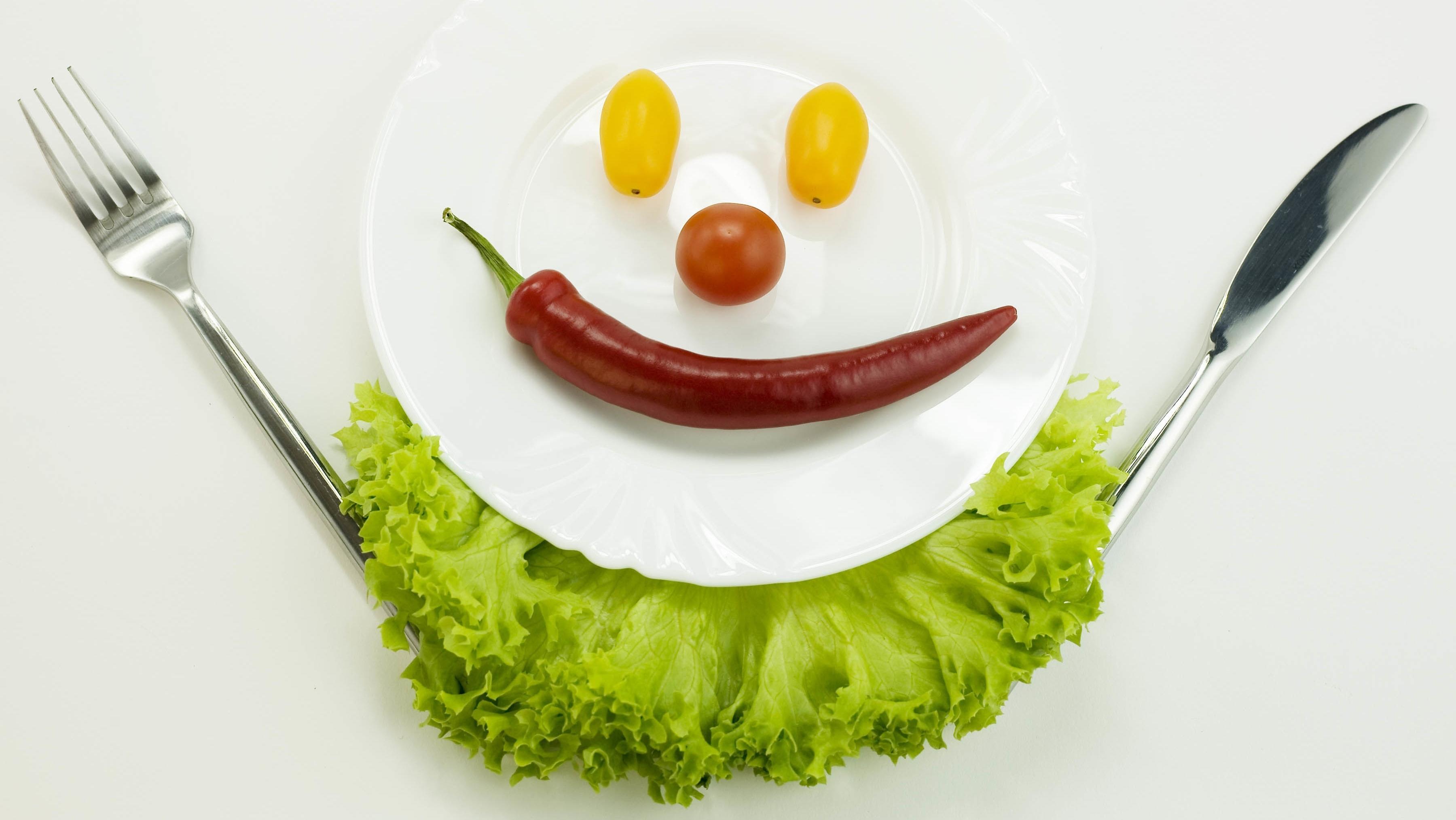 Ein Gesicht aus Gemüse ist auf einem Teller angerichtet: Zukünftig werden wir viel mehr Gemüse essen, wenn alle Menschen satt werden sollen.