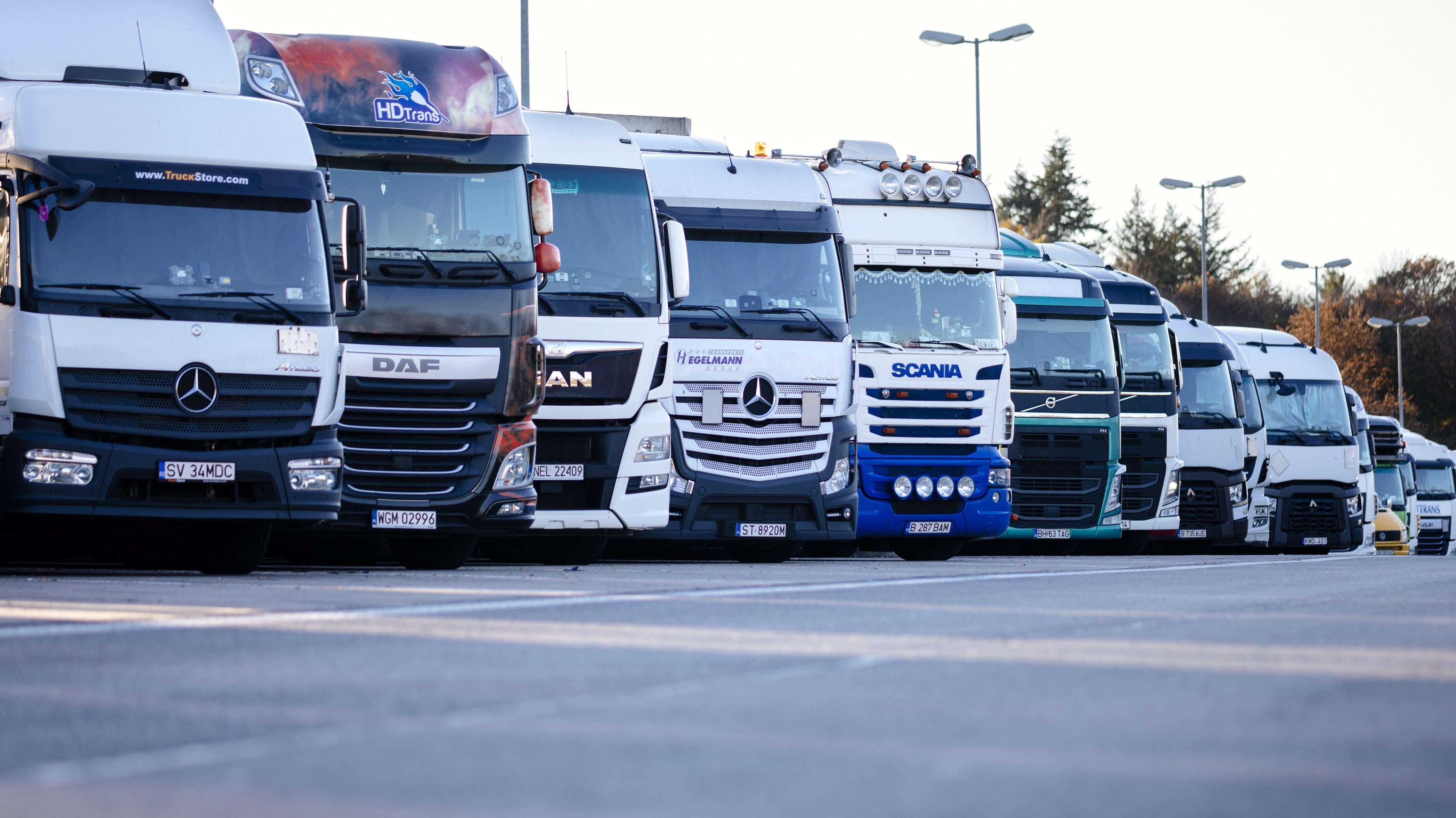 Dicht an dicht stehen internationale LKWs auf Deutschlands Rastplätzen