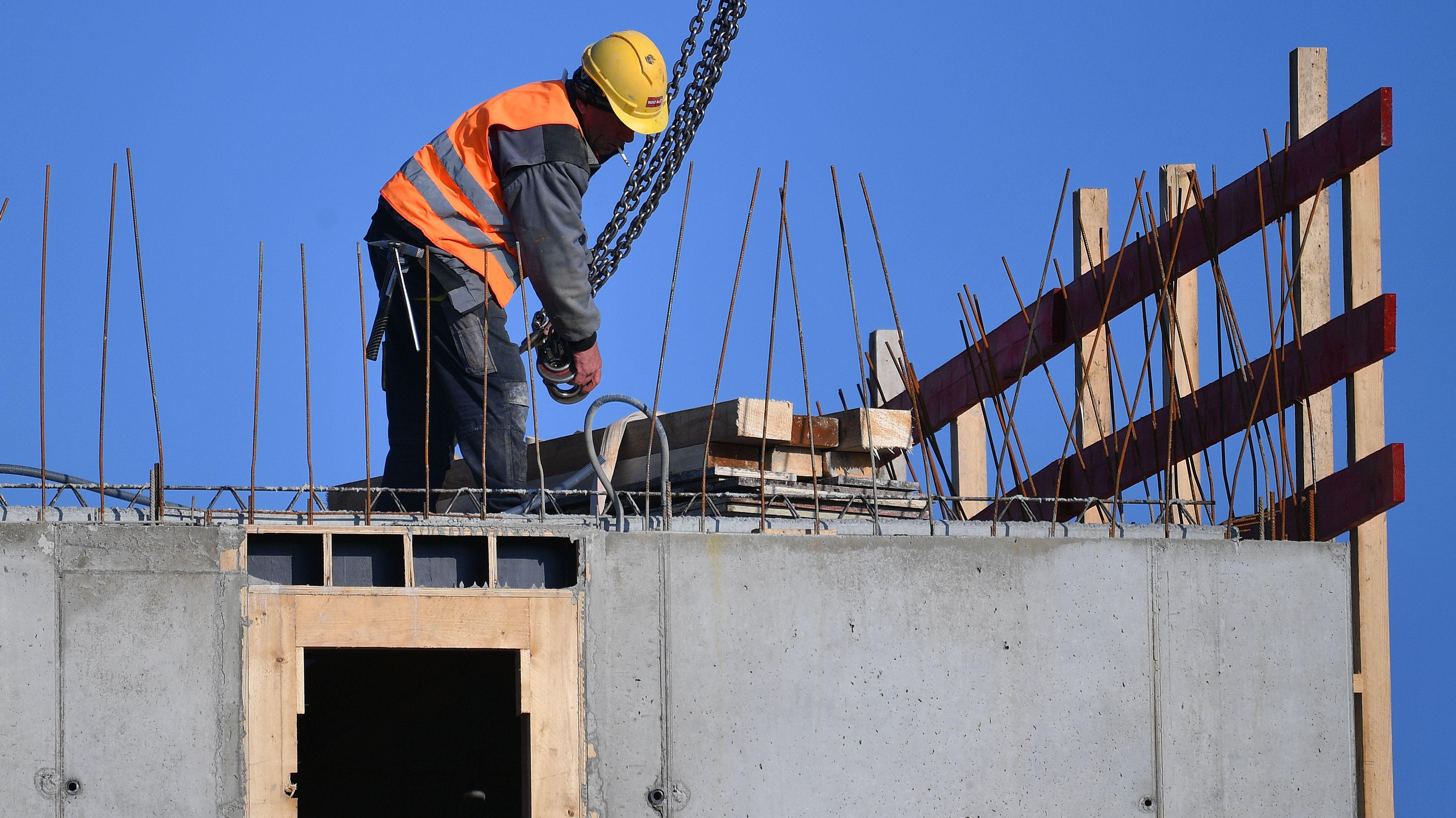 Symbolbild: Ein Bauarbeiter auf einer Baustelle in München.