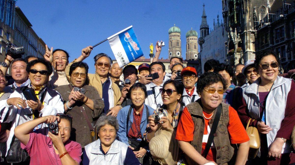 Eine Reisegruppe aus China auf dem Marienplatz in München.