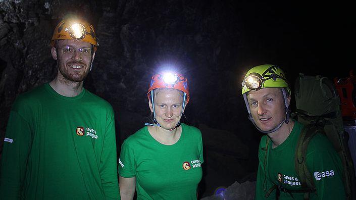 Helge Lauterbach und Dorit Borrmann (v.l.) und der deutsche Astronaut Matthias Maurer untersuchen Höhlen auf Lanzarote.
