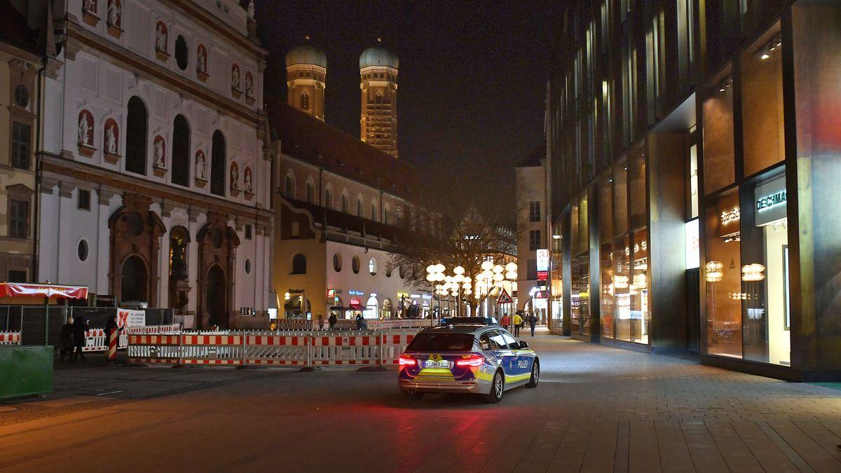 Ein Polizeiauto patrouilliert durch die Fussgängerzone in München.