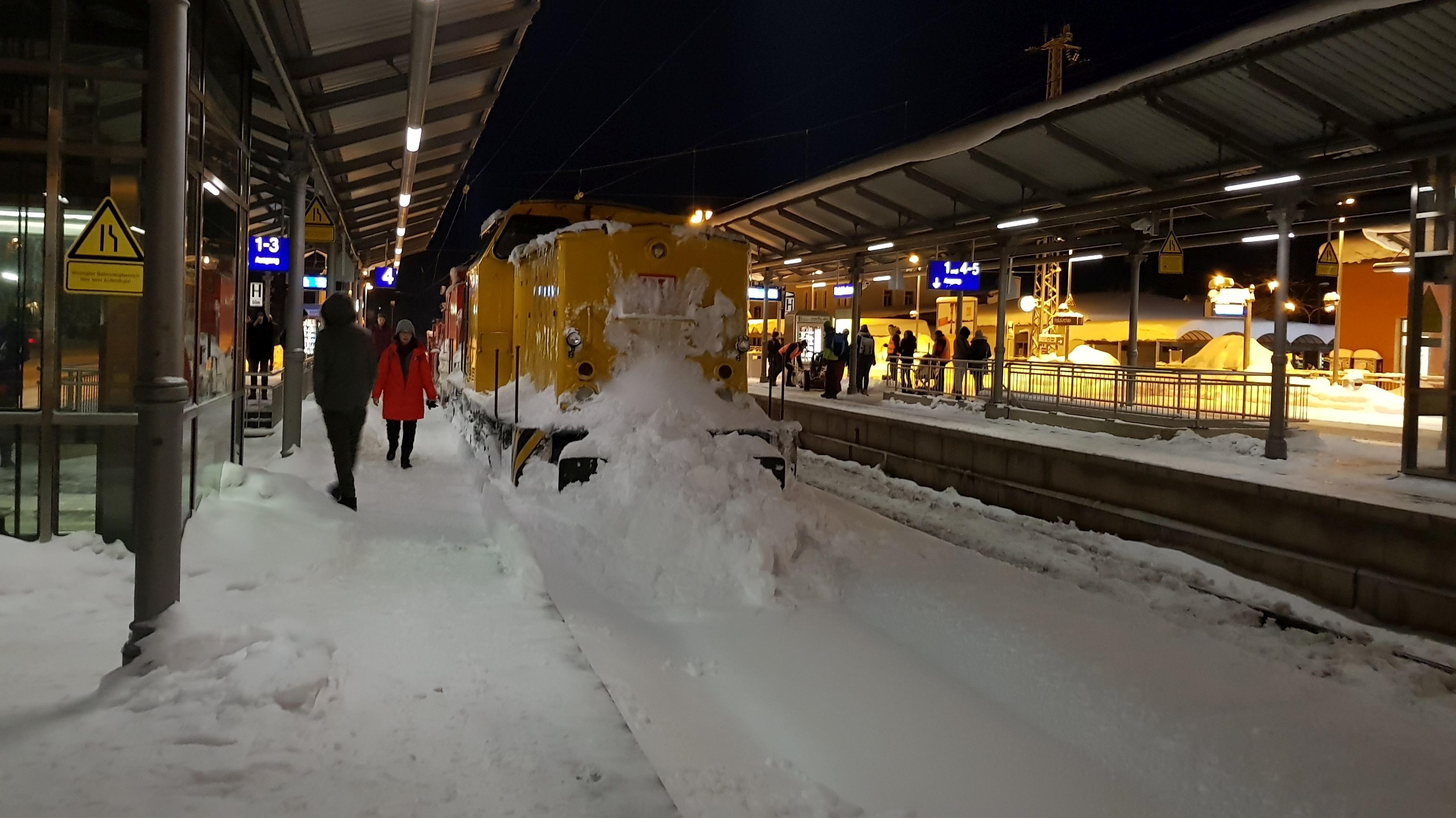 Lok des Schneepflugs von DB Netz im Bahnhof Holzkirchen